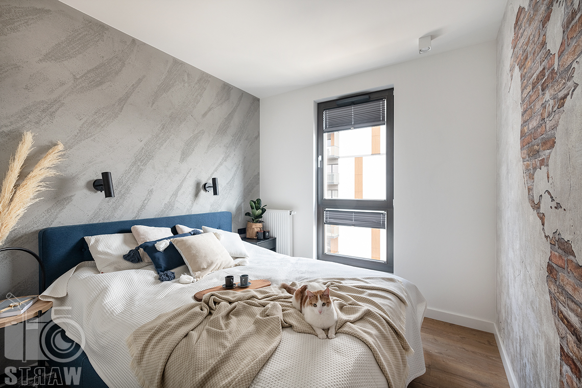 Fotografia wnętrz dla projektantów i architektów, sypialnia z małżeńskim łóżkiem.