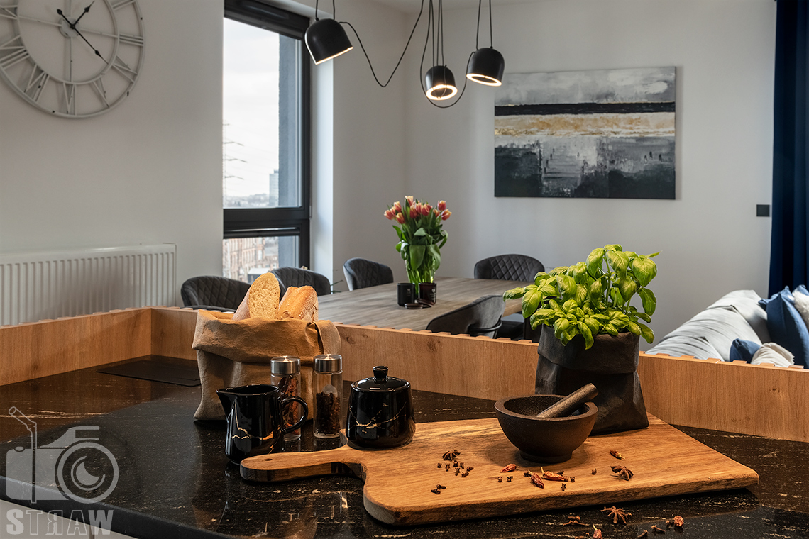 Fotografia wnętrz dla projektantów i architektów, salon i detale na wyspie kuchennej.
