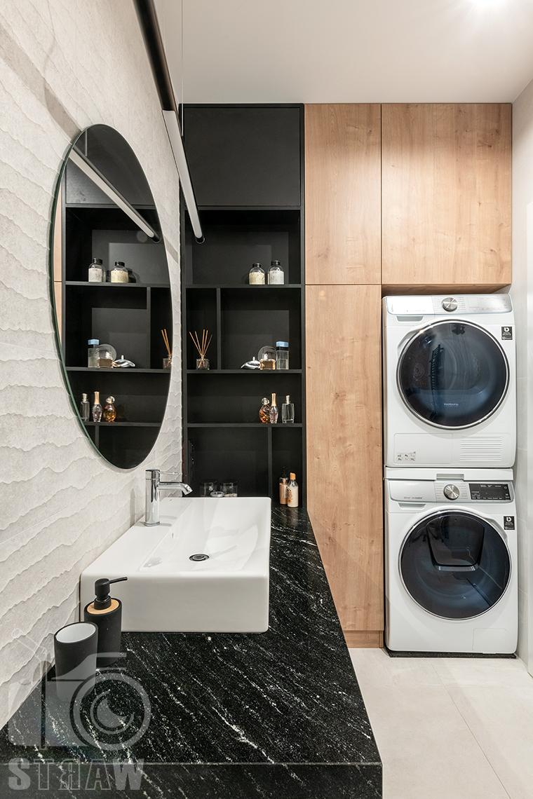 Fotografia wnętrz dla projektantów i architektów, łazienka z pralką i suszarką w zabudowie.