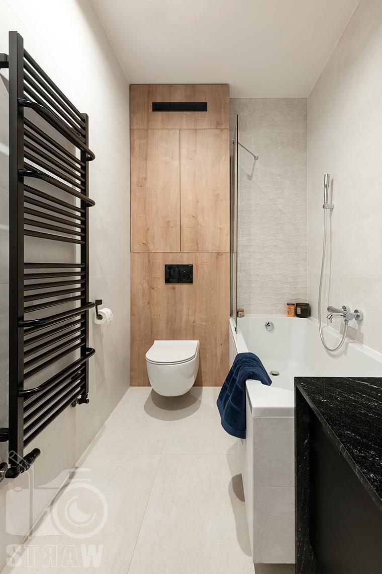 Fotografia wnętrz dla projektantów i architektów, łazienka z wanną i wc w zabudowie.