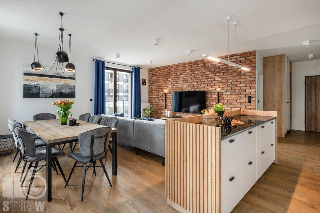 Fotografia wnętrz dla projektantów i architektów, kuchenna wyspa i stół w jadalni.