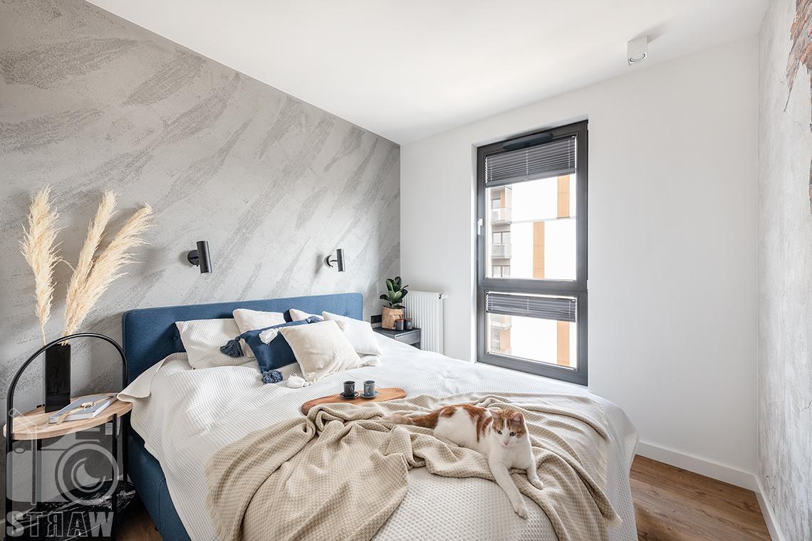 Fotografia wnętrz dla projektantów i architektów, sypialnia i kot na łóżku.