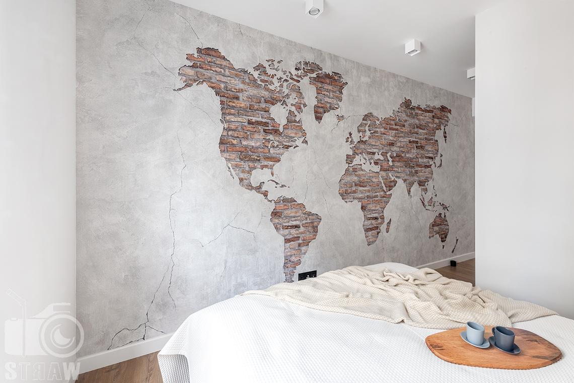 Fotografia wnętrz dla projektantów i architektów, ceglana mapa na ścianie sypialni.