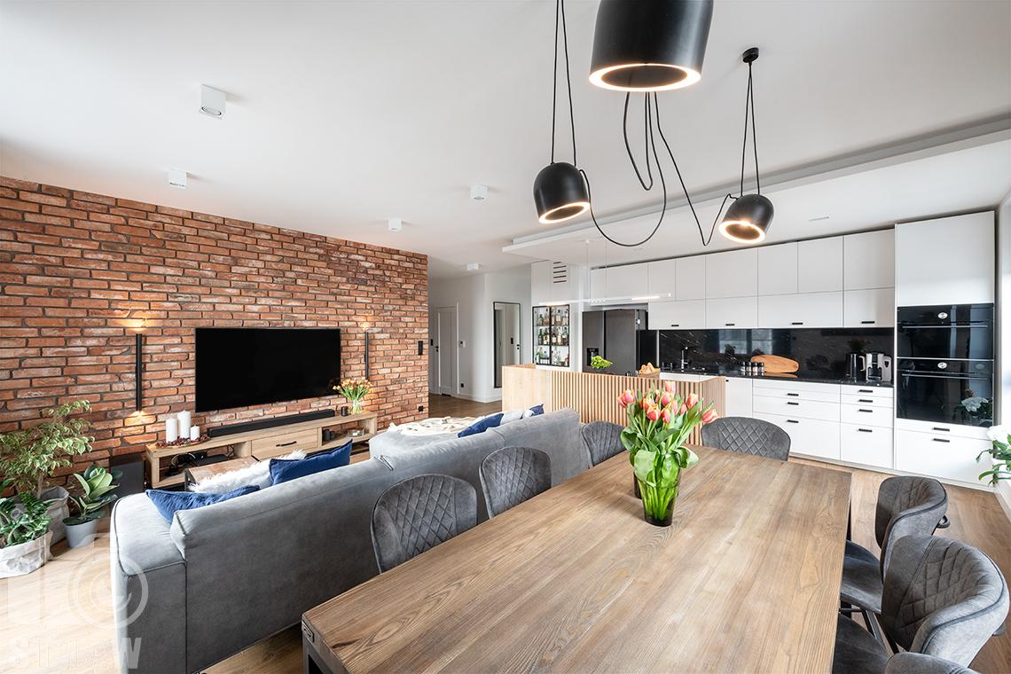 Fotografia wnętrz dla projektantów i architektów, stół w jadalni i wisząca lampa.