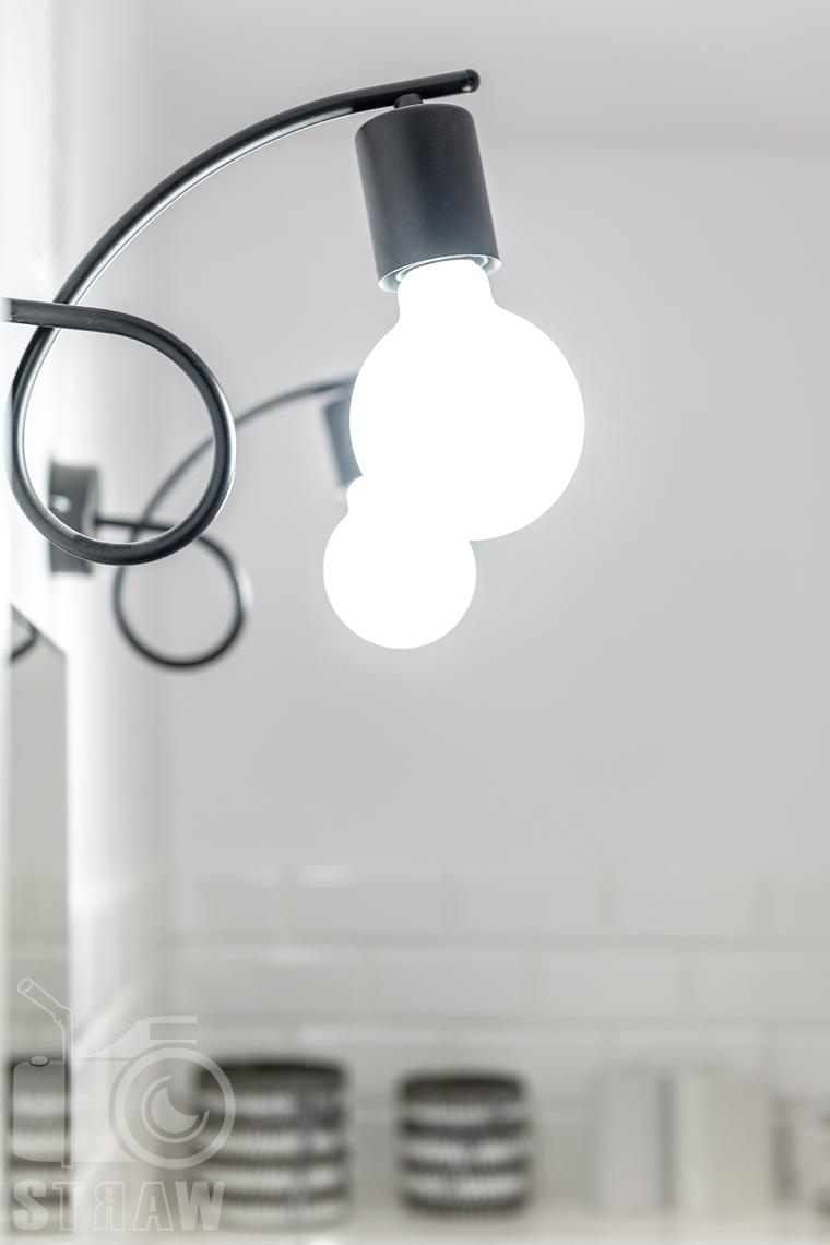 Sesja fotograficzna mieszkania na sprzedaż, zdjęcia nieruchomości po remoncie i w pełni wyposażonej, detale w łazience, lampki.