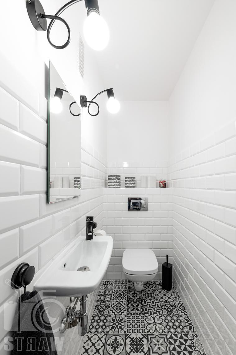 Sesja fotograficzna mieszkania na sprzedaż, zdjęcia nieruchomości po remoncie i w pełni wyposażonej, toaleta w tonacji biało czarnej.