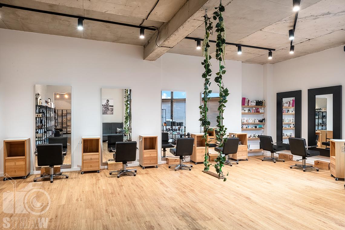 Sesja fotograficzna salonu fryzjerskiego, zdjęcia wnętrz komercyjnych, wnętrze salonu z huśtawką.