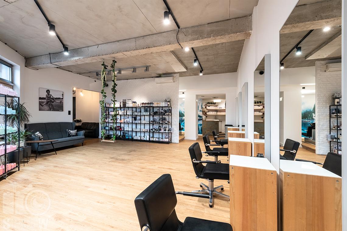 Sesja fotograficzna salonu fryzjerskiego, zdjęcia wnętrz komercyjnych, ujęcie wnętrza salonu i stanowisk do strzyżenia.