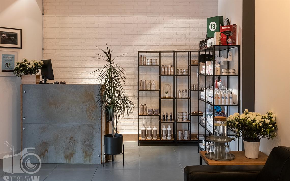 Sesja fotograficzna salonu fryzjerskiego, zdjęcia wnętrz komercyjnych, zdjęcie recepcji.