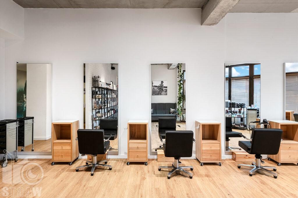 Sesja fotograficzna salonu fryzjerskiego, zdjęcia wnętrz komercyjnych, zdjęcie przedstawiające stanowiska do strzyżenia w salonie fryzjerskim.