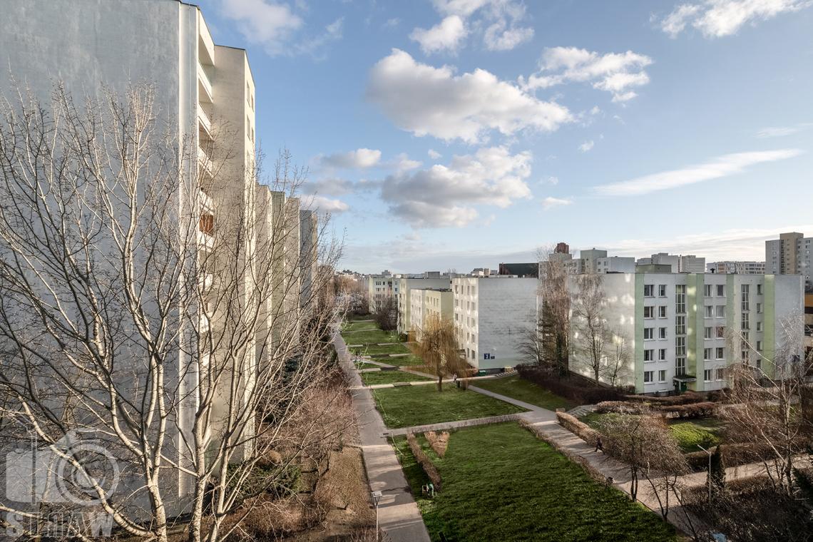 Sesja fotograficzna mieszkania na sprzedaż, zdjęcia nieruchomości po remoncie i w pełni wyposażonej, widok z balkonu.