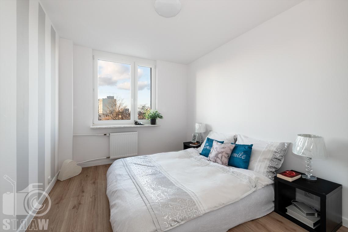 Sesja fotograficzna mieszkania na sprzedaż, zdjęcia nieruchomości po remoncie i w pełni wyposażonej, sypialnia małżeńska z szafkami nocnymi.