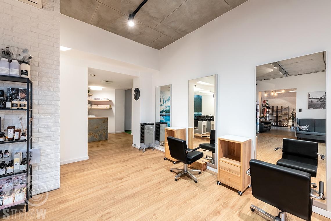 Sesja fotograficzna salonu fryzjerskiego, zdjęcia wnętrz komercyjnych. ujęcie stanowisk fryzjerskich i wejścia do pomieszczenia z myjkami.