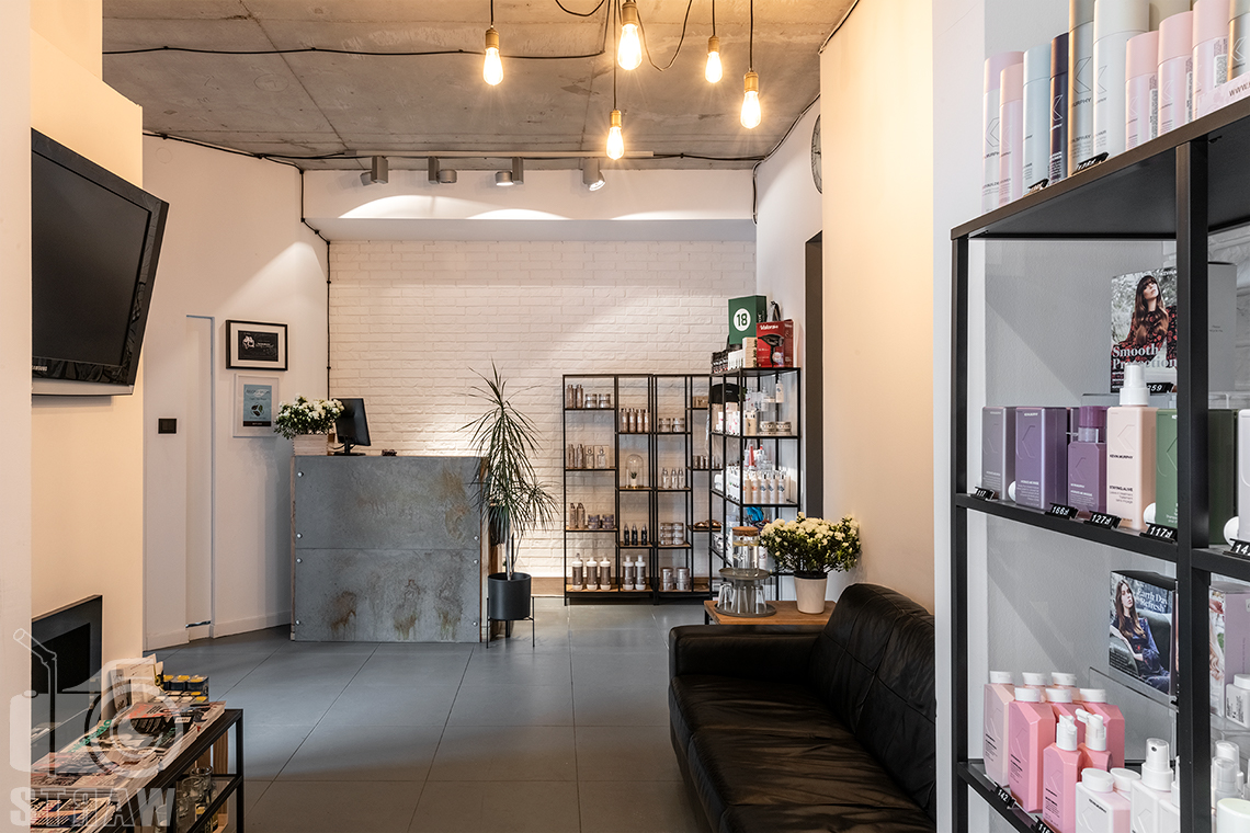 Sesja fotograficzna salonu fryzjerskiego, zdjęcia wnętrz komercyjnych, zdjęcie poczekalni, kosmetyków i recepcji w salonie fryzjerskim.